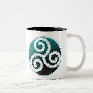Espiral del Celtic de Triskele Taza De Café De Dos Colores