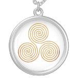 espiral triple céltico - oro antiguo de OneLine Colgante Redondo