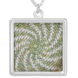 Espiral verde y blanco del collar -