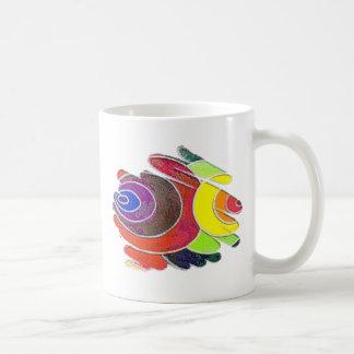 Espirales del arco iris en la taza blanca