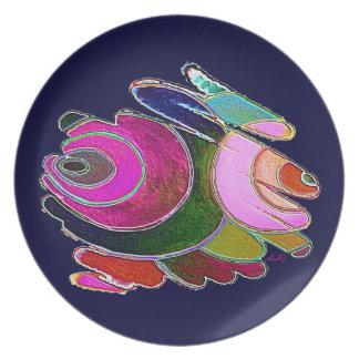 Espirales hermosos rosados de Frigg de la placa en Plato De Comida