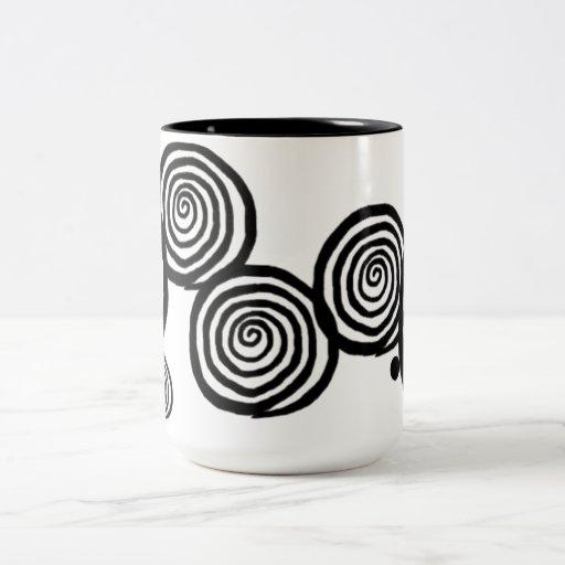 Espirales negros y blancos de la taza -