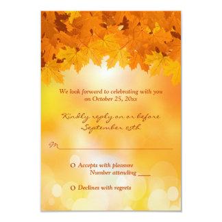 Esplendor del otoño de las hojas de arce que casa anuncios
