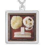 Esponja, loofah, cepillo en la bandeja roja collar personalizado