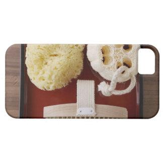 Esponja, loofah, cepillo en la bandeja roja iPhone 5 funda