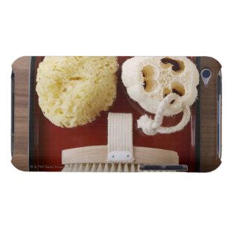 Esponja, loofah, cepillo en la bandeja roja iPod Case-Mate cobertura