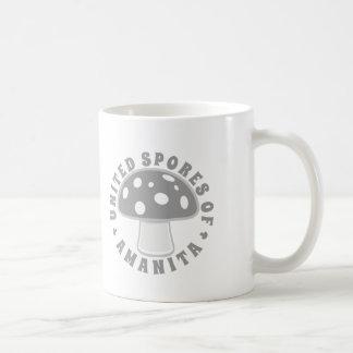 Esporas unidas de la amanita - setas mágicas, taza de café