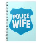 ESPOSA de la policía con el escudo de la insignia  Cuadernos