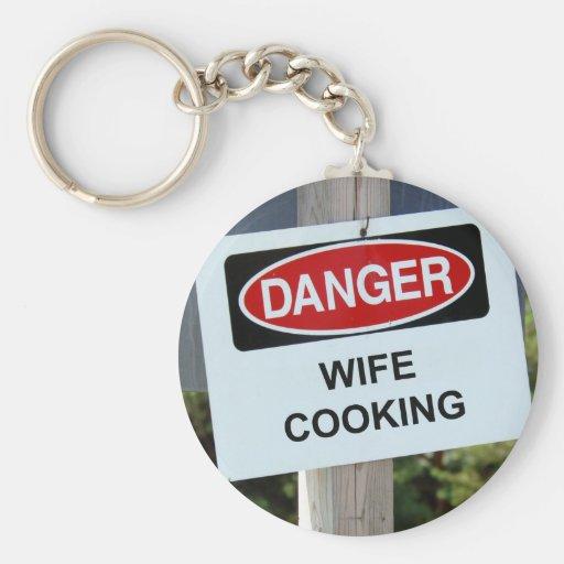 Esposa del peligro que cocina la muestra llavero redondo tipo pin