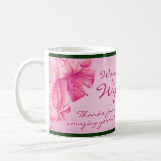 "esposa ""maravillosa"" de los ""lirios"" taza rosada"
