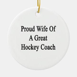 Esposa orgullosa de un gran coche de hockey adorno redondo de cerámica