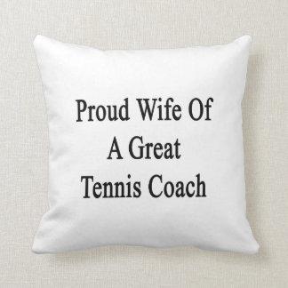 Esposa orgullosa de un gran coche de tenis almohadas