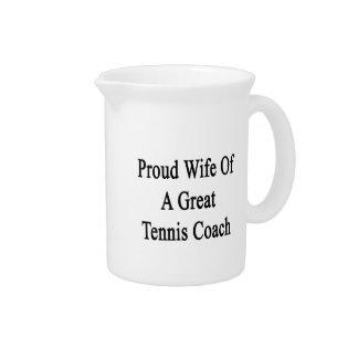 Esposa orgullosa de un gran coche de tenis jarras