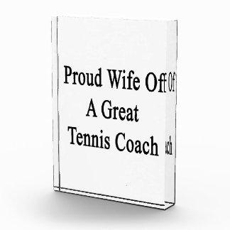 Esposa orgullosa de un gran coche de tenis