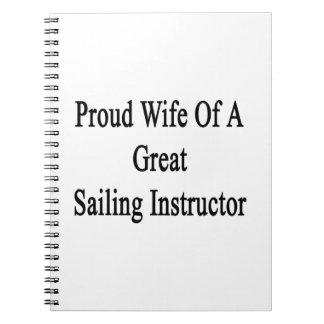 Esposa orgullosa de un gran instructor de la libro de apuntes