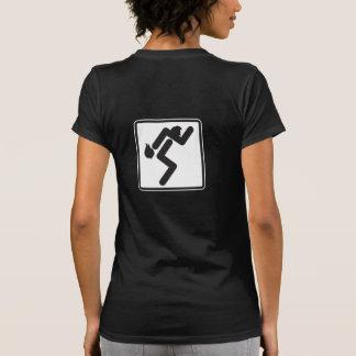 Esposa que lleva la camiseta de las mujeres oscura