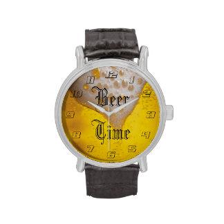 Espuma de la cerveza ligera con tiempo de la relojes de pulsera