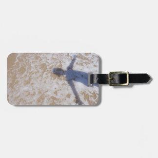 Espuma del mar de la fotografía de la playa y la s etiqueta de equipaje