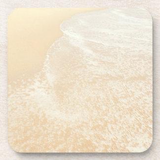 Espuma en colores pastel de la arena y del mar de  posavasos