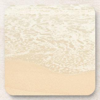 Espuma en colores pastel de la arena y del mar de  posavaso