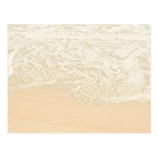 Espuma en colores pastel de la arena y del mar de postales