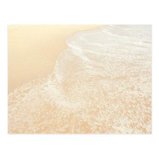 Espuma en colores pastel de la arena y del mar de tarjeta postal