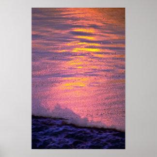 Espuma en el agua áspera, ondulada póster