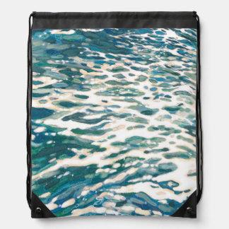 Espumejear olas oceánicas de la mochila del barco