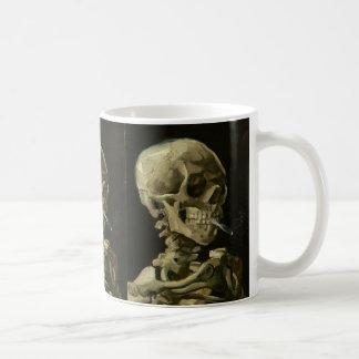 Esqueleto con el cigarrillo de Van Gogh Taza Básica Blanca
