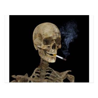 Esqueleto con el cigarrillo postales