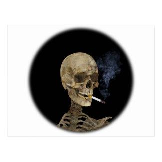 Esqueleto con el cigarrillo tarjeta postal