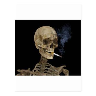Esqueleto con el cigarrillo tarjetas postales