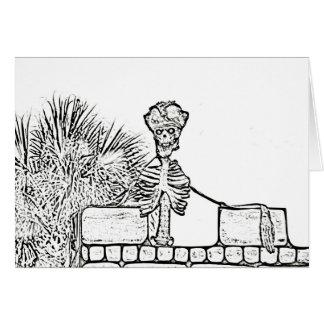esqueleto con el gorra del pirata sobre el bw de tarjeta pequeña