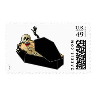 Esqueleto de Halloween en el sello del ataúd