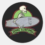 Esqueleto de Halloween que practica surf Etiqueta