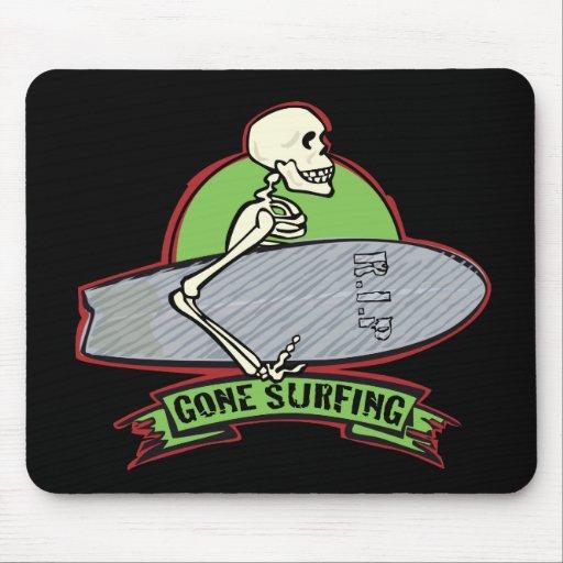 Esqueleto de Halloween que practica surf Tapete De Ratón