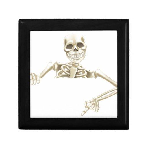 Esqueleto de Halloween que señala abajo Caja De Recuerdo