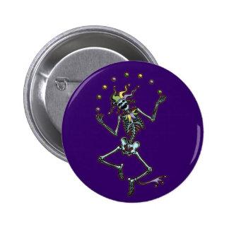 Esqueleto del bufón que hace juegos malabares pin redondo 5 cm