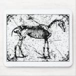 Esqueleto del caballo blanco y negro alfombrillas de raton