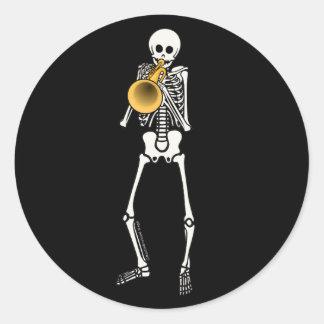 Esqueleto del trompetista pegatina redonda