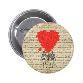 Esqueleto divertido del vintage y corazón rojo pin
