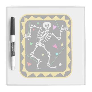 Esqueleto en el gráfico colorido Halloween de la c Pizarra