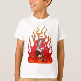 Esqueleto en el monopatín con la camiseta del niño