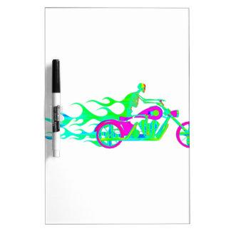 Esqueleto en una motocicleta tablero blanco