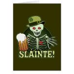Esqueleto feliz de la cerveza felicitacion