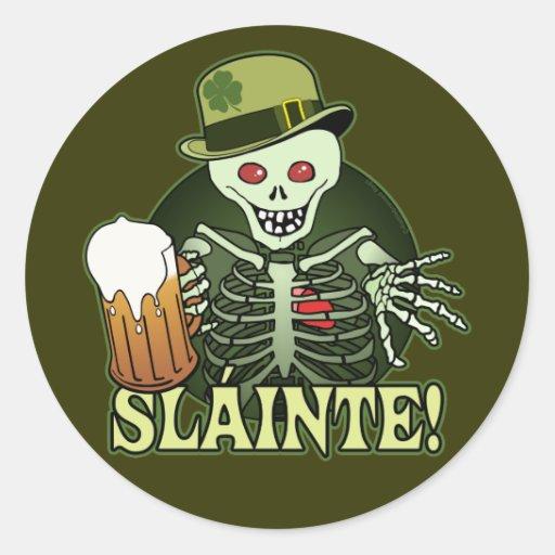 Esqueleto feliz de la cerveza pegatina redonda
