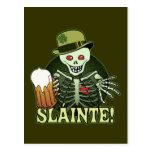 Esqueleto feliz de la cerveza postal
