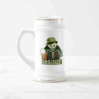 Esqueleto feliz de la cerveza jarra de cerveza