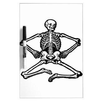 Esqueleto negro tablero blanco