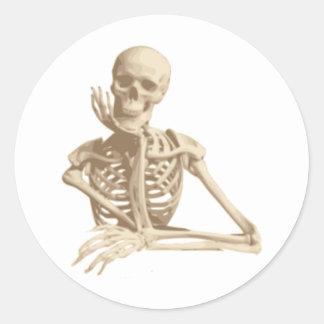 Esqueleto pensativo etiqueta redonda